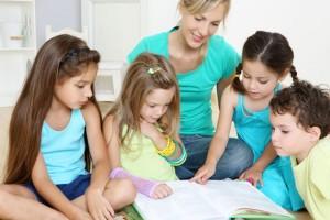 Чтение книги с детьми, фото